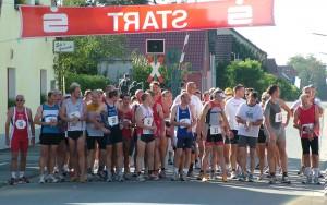 Teilnehmerfeld im Hauptlauf beim 1. Wiesentheider Kirchweihlauf